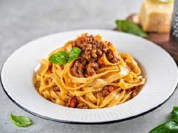 Прясна паста талиатели или фетучини Болонезе с бекон Панчета и сирене Пармезан - снимка на рецептата